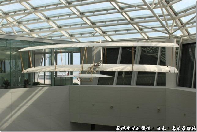 日本名古屋機場,在商店街的中間樓梯處還有一架滑翔翼飛機。