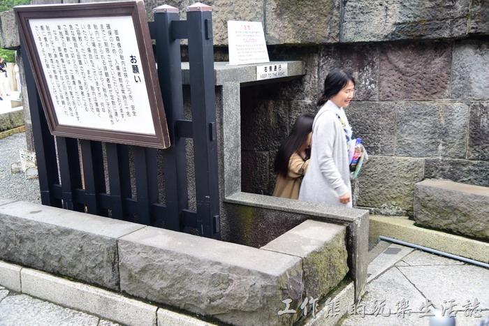 遊客這座「鎌倉大佛」塑像的結構是中空的,在大佛的旁邊有個小小的入口,遊客可以付費日幣20日元進入參觀其內部結構,不過因為空間有限,所以會限制人數。