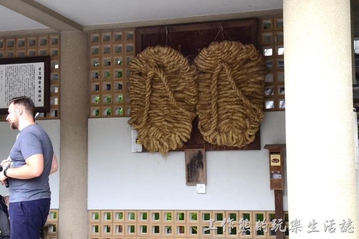 「鎌倉大佛」的邊上迴廊牆壁上掛有一雙《巨大草鞋》,長1.8公尺,寬0.9公尺,重45公斤,自西元1951年開始就由茨城縣久慈郡的小朋友開始編造。