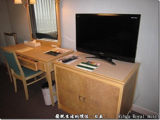 hotel_Rihga Royal Hotel Sakai _日本,液晶電視機就就擺在書桌旁,也是小小的一台。書桌兼梳妝台的桌腳感覺有點細,不夠穩重。