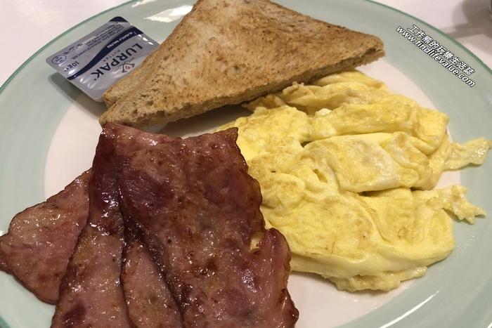 《台南美食》巴士七(Bus-7)美式咖啡早午餐。經典小早餐,NT120。選擇炒蛋、培根。
