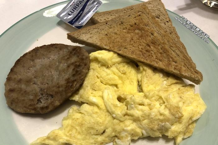 《台南美食》巴士七(Bus-7)美式咖啡早午餐。經典小早餐,NT120。選擇炒蛋、肉片。