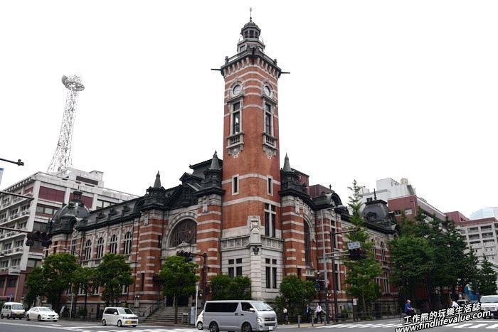 從「橫濱」車站出來後往海邊的方向走會看到一棟有著「傑克塔」鐘樓的巴洛克式歷史建築「橫濱市開港紀念會館」,