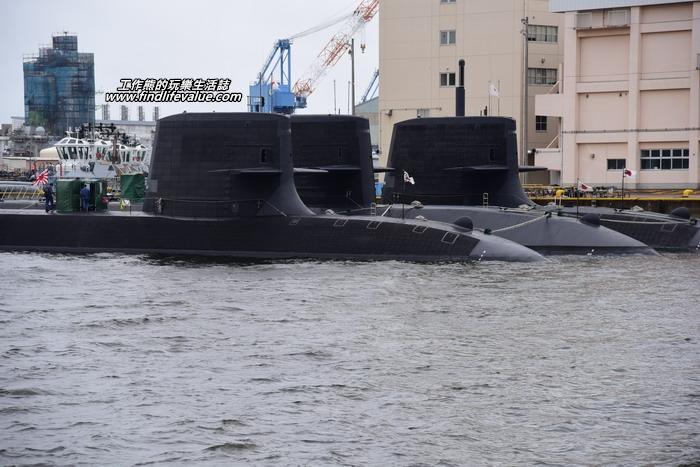 橫須賀軍港的環港觀光船一開出來最先看到的排在一起的三艘日本潛鑑,這好像是蒼龍級潛艦。