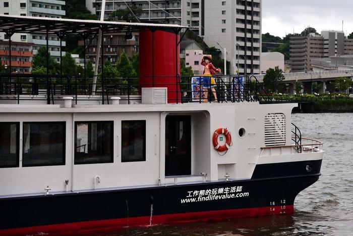 海賊王魯夫就站在環港觀光船的船頭處迎接我們。