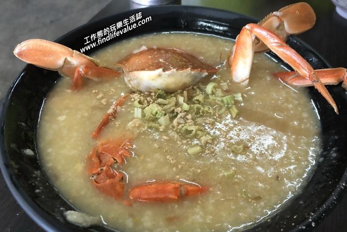 這一碗就是【阿美螃蟹粥鮮魚湯】的招牌【螃蟹粥】,NT95。看起來應該是一隻螃蟹,但是店家把螃蟹的蟹膏及蟹黃都挖下來放到米粥內了,螃蟹粥的米粒吃起來就比海產粥軟爛的多,因為煮的時間也比較久。