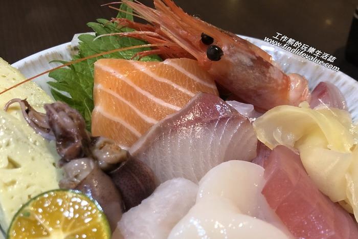 《陶膳日本料理》工作熊這次點了一份散壽司丼飯,NT300。裡頭有甜蝦、干貝,還有七種季節生魚片、玉子燒。其實就是豪華海鮮丼飯。這跟工作熊印象中的散壽司切丁的生魚片不一樣,它是整片的生魚片。