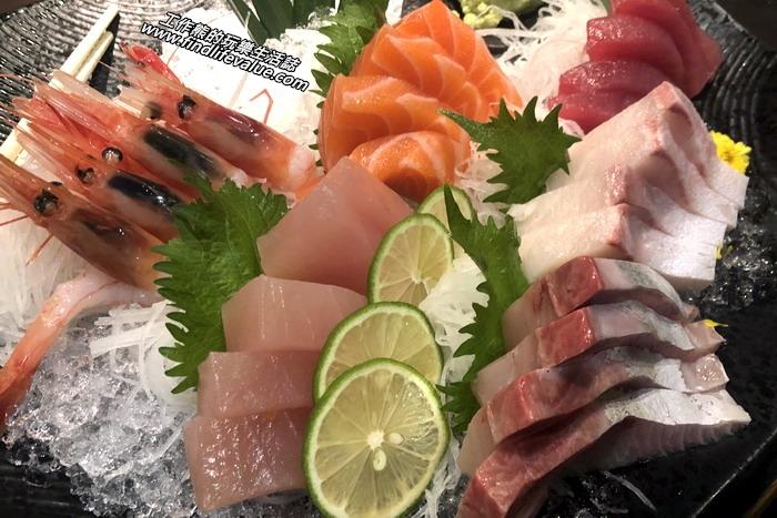 台南銀座日本料理餐廳。第一道菜上的是綜合生魚片,有牡丹蝦、鮭魚、海鱺、鮪魚、旗魚生魚片等,這裡的生魚片新鮮好吃大塊又豐盛,。