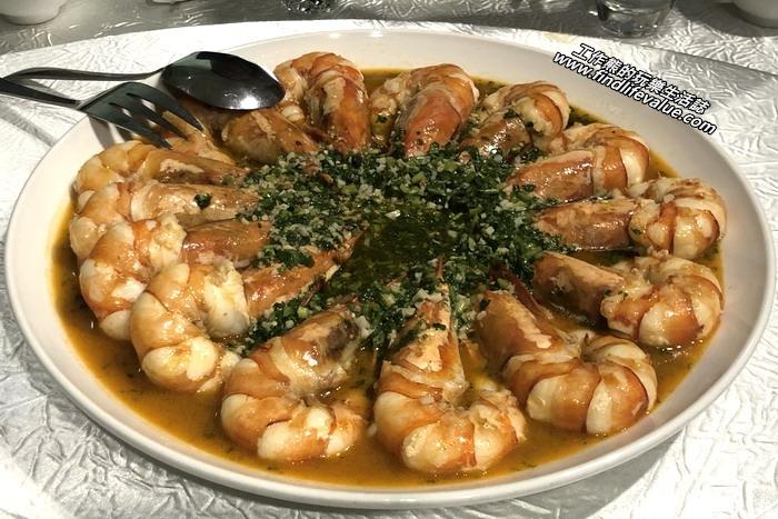 東湖喜相逢麵館。香草白葡萄酒滑明蝦。這明蝦還是一樣的超大肥美,店家說這明蝦來自澎湖野生種,照例的廚師已經貼心的事先幫我們把明蝦剝了殼,吃的時候只要用筷子夾起來直接吃就可以了,不用沾手。讚!