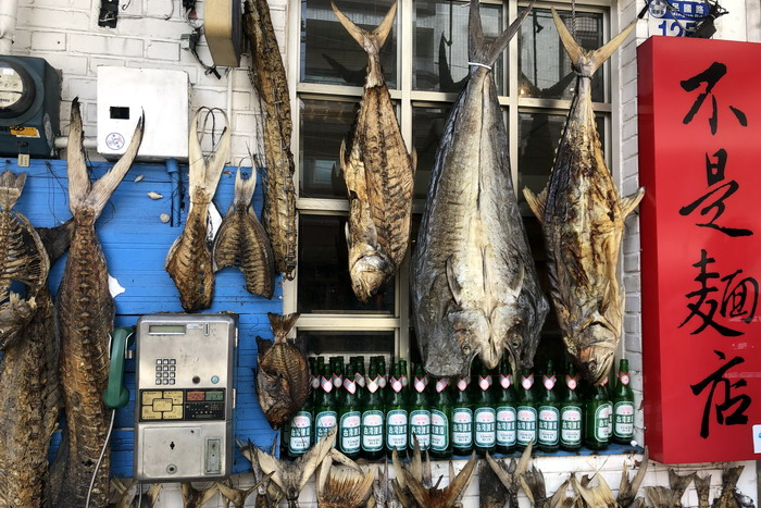 花蓮《花蓮欣欣麵館》的店門口掛滿了曬乾的魚,也不知道是裝飾用的。