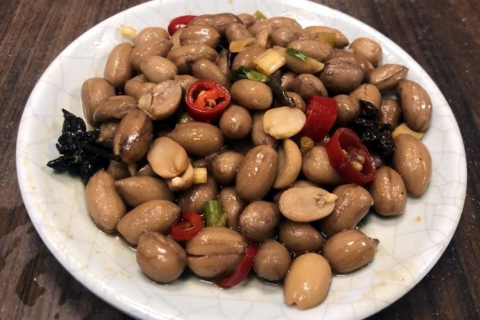 花蓮《欣欣麵館》。先來個滷水花生小菜。