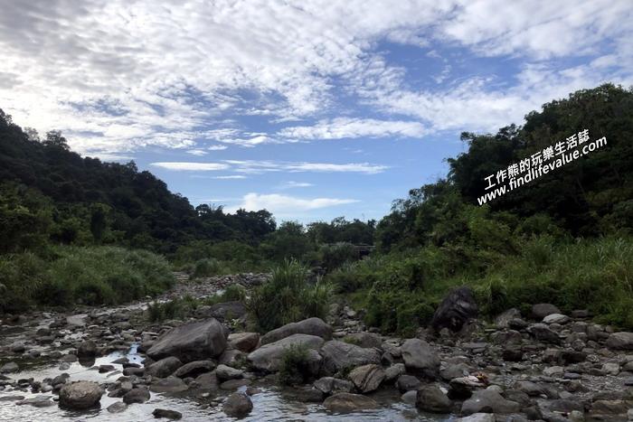 清晨起床,沿著「砂婆礑樂活園」民宿旁邊的馬路前行,沒5分鐘就可以走到砂婆礑溪的水源區,青天白雲綠樹溪水,好一幅悠閒的景緻。