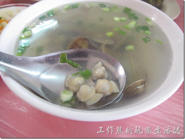 屏東後碧湖-昇日全平價海鮮。蛤蠣湯,NT$100(小)。這蛤蜊怎麼全部都從貝殼內爬出來了,蛤蜊不多,味道平平。
