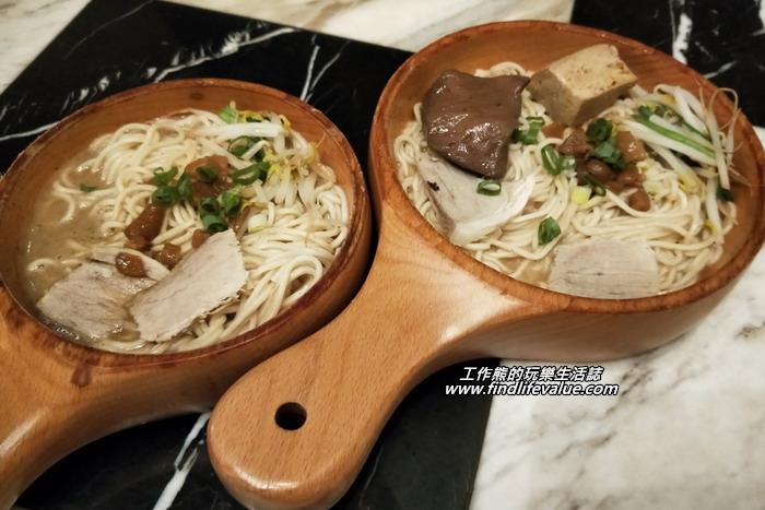 《葉明致麵鋪》這是我們點的麻醬麵及麻花麵,第一次看到這種用木頭做的杓子盛麵的,感覺好不一樣。