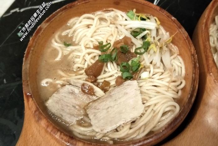 《葉明致麵鋪》這一碗是麻醬麵(小),NT50。麻醬很香,麵條也不錯吃,上面淋了一點肉燥及兩塊豬肉片。