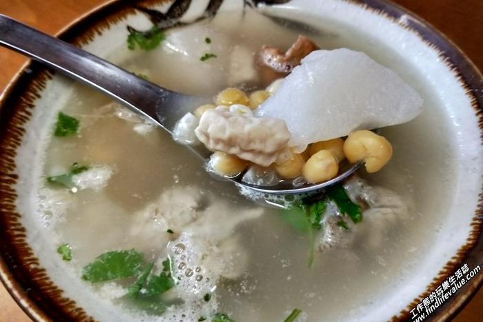 菜頭豆仔湯,NT45。工作熊個人反而比較偏好小西腳的豆仔湯,也就是椪豆湯(豌豆或荷蘭豆),燙頭應該有用大骨長時間熬煮,好喝。用料也很實在,有白蘿蔔、椪豆、豬肉、豬大腸、油豆腐,有一點點像在喝四神湯或排骨湯的感覺。