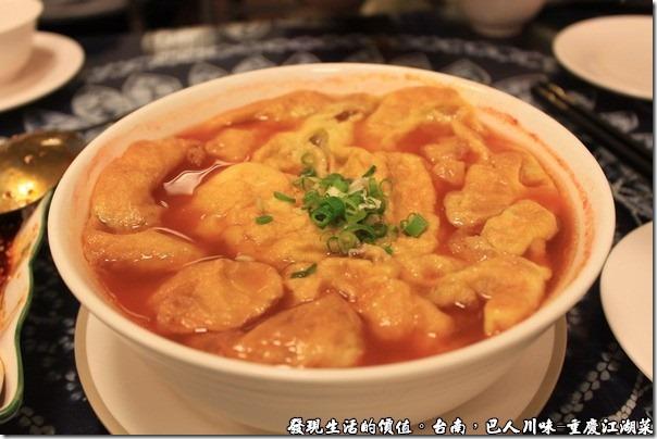 台南-巴人川味-重慶江湖菜,烘蛋蕃茄湯,NT190。蕃茄湯烘蛋的油膩感給稀釋了,而烘蛋的面積及油汁又剛好覆蓋住整個湯碗,讓熱氣封存在其間,不會快速的冷卻,否則這湯冷掉就不好喝了。
