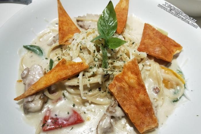 《台南美食》KAFFE@HOME義大利麵、輕食、飲料。奶油蘑菇雞肉脆餅義大利麵,NT210。