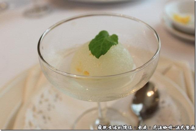尼法咖啡,法式餐廳。檸檬冰沙,外加一片薄荷葉。
