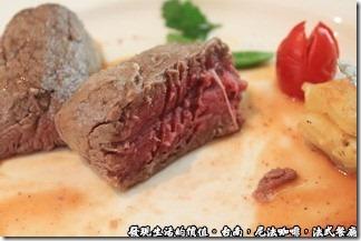 尼法咖啡,法式餐廳。酥皮烤牛菲力,酥皮扒開後就露出了鮮嫩的菲力牛肉,先用刀子把牛肉壓平後再用叉子插到要切開的牛肉位置,然後用刀子順著叉子切開,就可以切出漂亮的菲力薄片了。