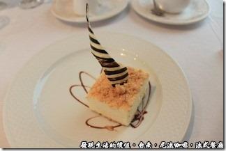 尼法咖啡,法式餐廳。乳酪起士蛋糕也蠻特殊的,乳酪起士是冰的,而且在其中間還加了一層像冰的東西,吃起來很爽口,上面還插了一塊白色得巧克力。
