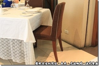 尼法咖啡,法式餐廳。符合人體工學的椅子。