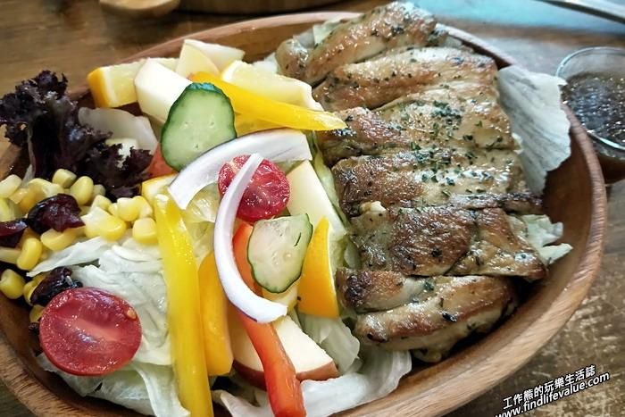 《台南美食》六吋盤早午餐五妃店。嫩雞蔬果沙拉,NT129。這個菜單上還沒有,就是生菜沙拉加上一塊切片的去骨碳燒嫩雞雞腿肉,旁邊附上油醋醬。