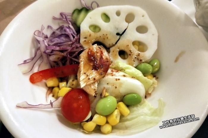 台南《洋蔥咖哩工房》《沙拉》,套餐內附的沙拉感覺還不錯,食材也很新鮮,上頭還有一小片雞肉