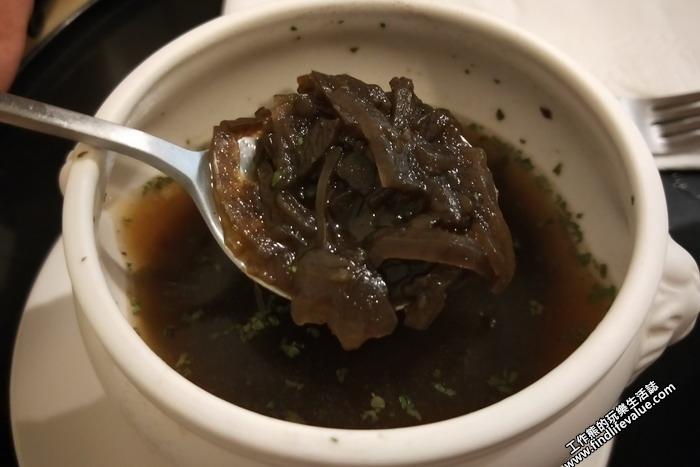 台南《洋蔥咖哩工房》《洋蔥湯》,套餐附贈的洋蔥湯,湯頭撈起來後會發現有滿滿的洋蔥在裡頭,不過這洋蔥煮成黑黑的,第一次吃的朋友可能給它覺得怪怪的