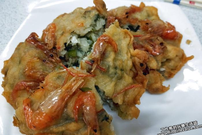 《花蓮美食》[鯉魚潭]崧園小吃店。我們點了兩顆「香蝦餅」,一顆NT40。看起來有點像蚵嗲,皮衣外面沾了好幾隻的蝦子。