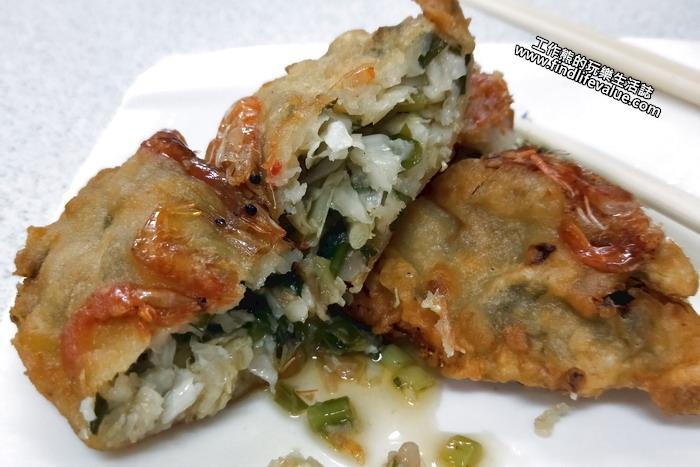 《花蓮美食》[鯉魚潭]崧園小吃店。這「香蝦餅」酥炸的外酥內軟,真的很好吃,工作熊推薦可以點來吃看看,內餡包著高麗菜及韭菜,吃起來很有蚵嗲的味道,但是多了蝦子的美味。