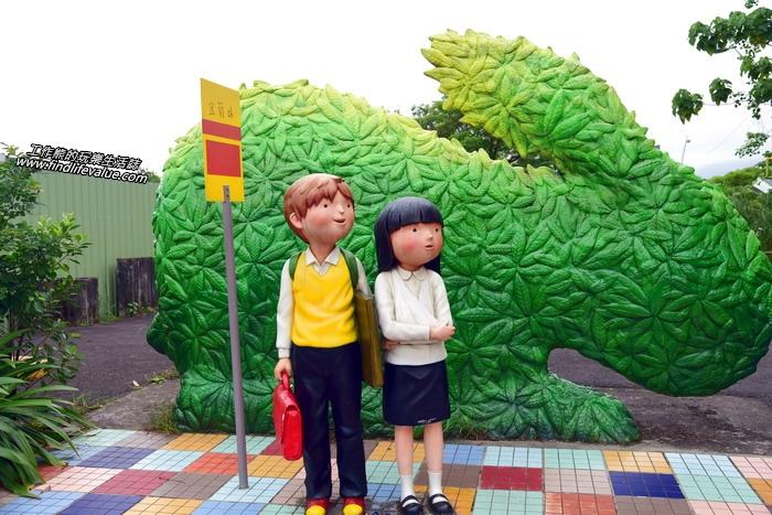 吉米繪本《星空》中兩個寂寞心靈的小男孩與小女孩受傷後綁著三角巾一起站在公車站台前等待那台永遠不會到來的公車場景。