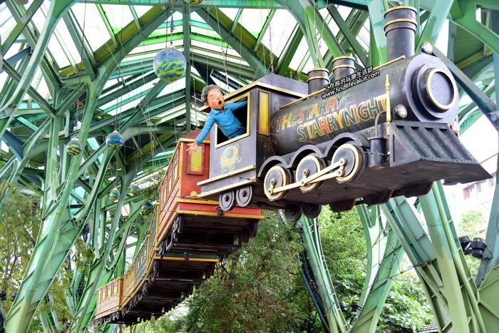 從花蓮火車站出來跨過宜興路就是「丟丟噹森林」,這裡有幾米「星空」繪本的「星空列車」,全長30公尺,重達3000公斤的列車高掛於森林之上。
