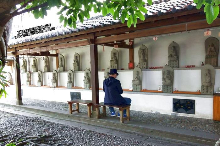 花蓮《慶修院》寺院內設有八十八尊日本的石佛依序排列。