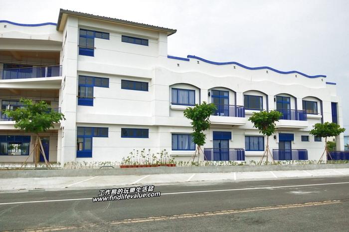 鯤鯓國小的仁愛樓新建校舍在2020年4月落成啟用,有著濃濃地中海風格的藍白相關色調與圓弧的女兒牆頭。