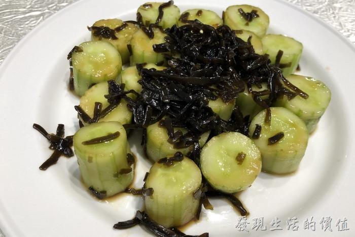 台北東湖-喜相逢麵館。昆布小黃瓜。這個不是菜心喔,採用有機的小黃瓜,昆布則來自日本,吃起來爽脆可口,還有昆布的特殊口感。