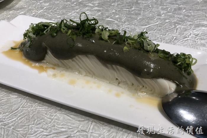 台北東湖-喜相逢麵館。「皮蛋豆腐」前菜。採用宜蘭溫泉的有機無鉛皮蛋,把嫩豆腐切成薄片上面淋上磨成泥的皮蛋醬。