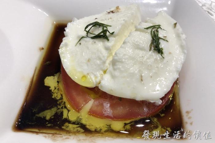 台北東湖-喜相逢麵館。這個「水牛起士」剛端出來的時候工作熊還以為是荷包煎蛋,經過老闆娘介紹後才知道這是「水牛起士」,然後搭配了10年的陳年醋及初榨橄欖油,下面鋪上牛蕃茄。