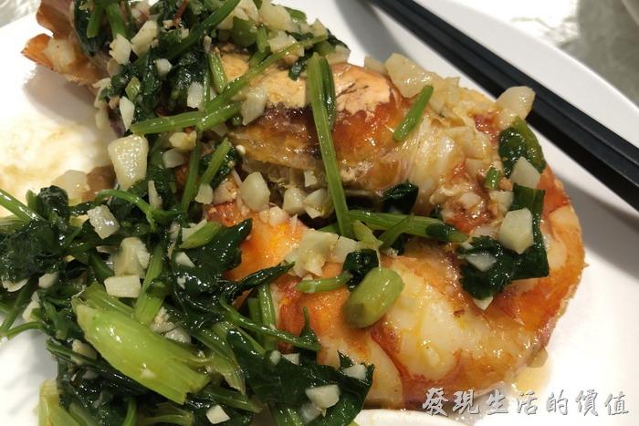 台北東湖-喜相逢麵館。燙熟的明蝦肉質緊實有嚼勁,上面佐以菠菜蒜蓉,美味可口,每個人都埋頭大快朵頤!