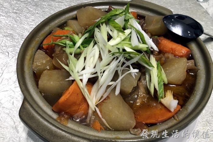 台北東湖-喜相逢麵館。牛楠牛筋堡。老闆娘說這鍋堡至少要燉5個小時以上,不只紅蘿蔔燉到軟爛,連牛肉都燉到軟爛,入口綿密,口感極好。