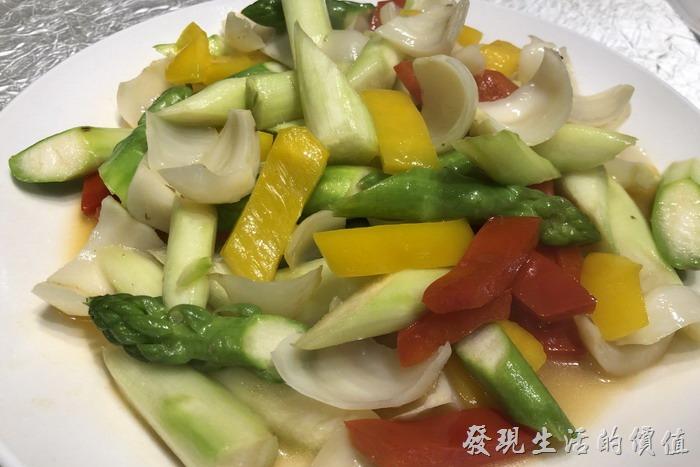 台北東湖-喜相逢麵館。百合蘆筍、炒三鮮。有紅黃甜椒、百合、蘆筍,吃了太多肉,來點蔬菜平衡一下。