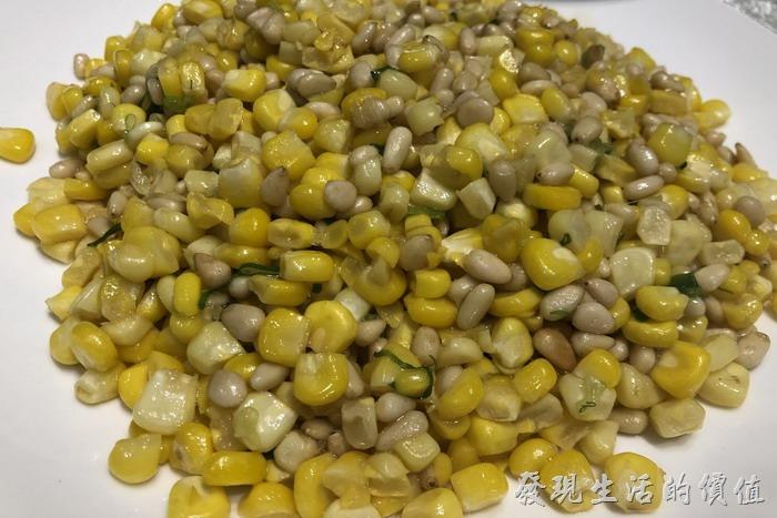 台北東湖-喜相逢麵館。松子炒水果玉米。原來玉米搭配松子可以這麼好吃,聽老闆娘說「松子」的品質非常重要,他們還特意去迪化街選購的優質松子回來做菜。