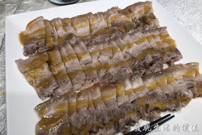 台北東湖-喜相逢麵館。蒜泥白肉,醬汁採用雲林刺桐的蒜頭燒製五個小時而成。