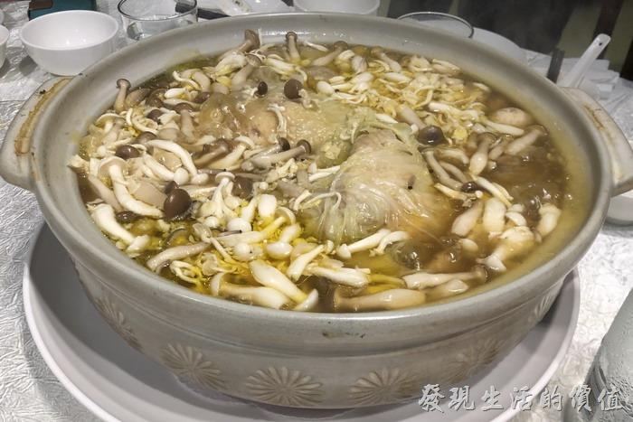 台北東湖-喜相逢麵館。養生菌菇雞湯。裡頭有一整隻的雞,還有滿滿的菌菇,包含巴西蘑菇、松茸、白菜,菌菇味非常的鮮甜香氣四溢,土雞來自台東,燉到軟欄幾乎可以入口即化,湯頭應該也沒有加入任何的調味料,純粹就是吃它的原始鮮味。